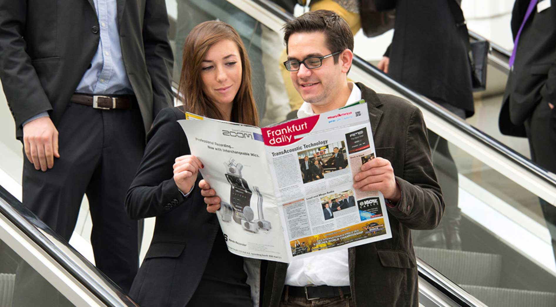 visitors are reading the Frankfurt daily newspaper at Musikmesse